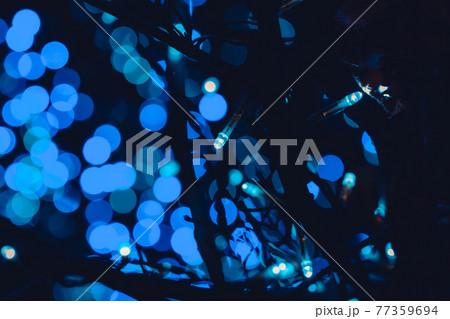 玉ボケのある青色イルミネーション 77359694