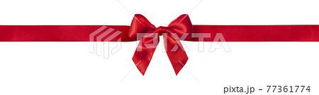 蝶結びをした赤いリボンの背景テクスチャー 77361774