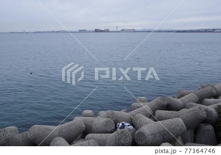 常滑の海 遠くに見えるセントレア中部国際空港 77364746