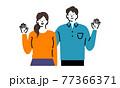 手をあげている夫婦 77366371