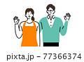 手をあげている夫婦 77366374