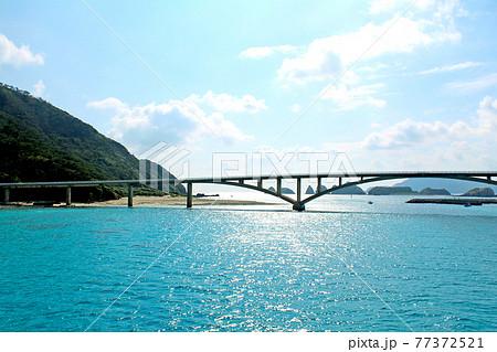 【沖縄】阿嘉港へ入港するフェリーから眺めた阿嘉大橋 77372521