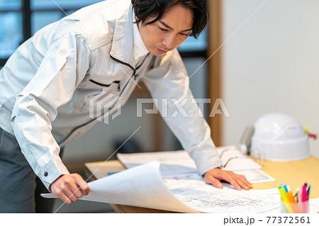施工図を確認する工事監理者 77372561