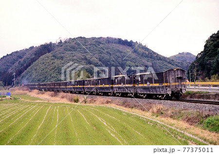1998年 美祢線を行く石灰石輸送列車 77375011