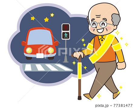 反射板を付けて歩く高齢者 夜の交差点 交通安全 77381477