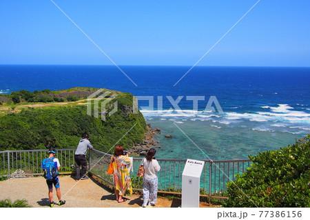 沖縄 バンタ岬の風景を楽しむ観光客 77386156