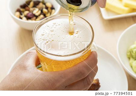 ビールで晩酌する男性 77394501
