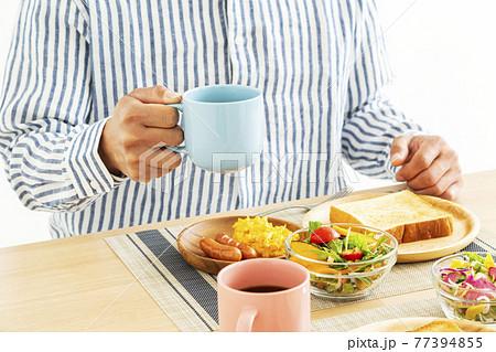 朝食を食べる男性(洋食) 77394855