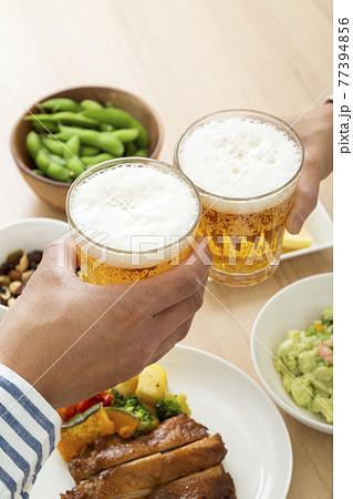 ビールで晩酌する夫婦 77394856