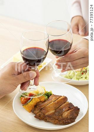 夫婦で晩酌 ワイン 77395124