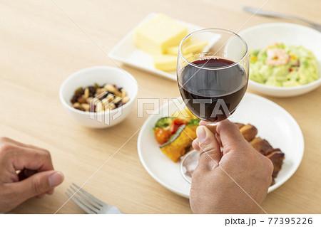 晩酌する男性 ワイン 77395226