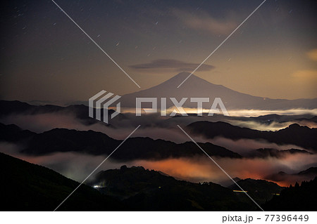 (静岡県)深夜・星空・雲海の吉原から望む富士山 77396449