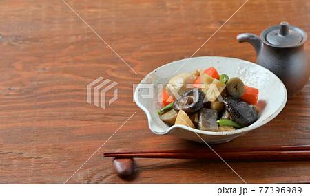 筑前煮、煮物、ゴボウ、人参、こんにゃく、里芋、鶏肉、いんげん、椎茸、煮っ転がし。 77396989