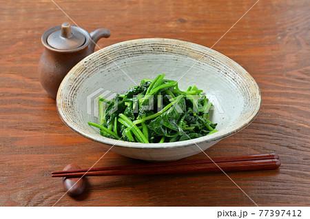 ほうれん草炒め、ホウレンソウ炒め、法蓮草いため、炒め物、野菜炒め、野菜料理、簡単レシピ。 77397412