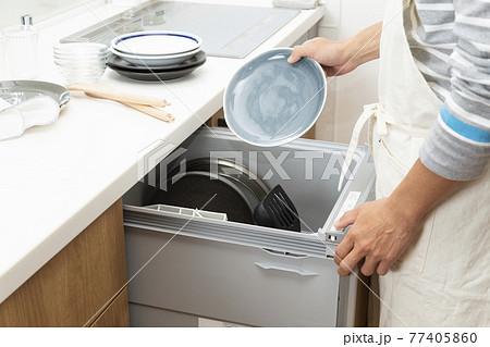 食洗機を使う男性 77405860