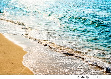 綺麗な海の波打ち際 浜辺 背景素材 くっきりレトロカラー 77408229