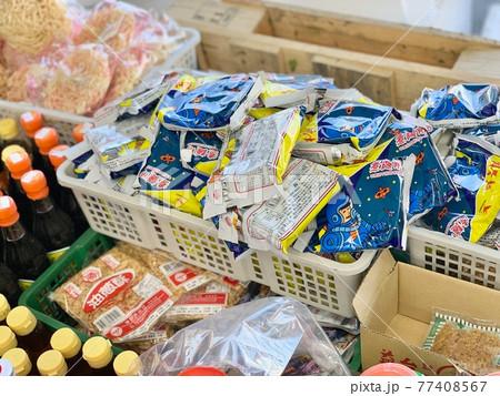 台湾の市場で売られているインスタントラーメン 77408567