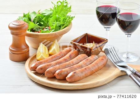 ソーセージ、フランクフルト、ディナー、赤ワイン、マスタード添え。 77411620