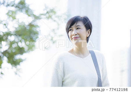 女性 50代 屋外   77412198