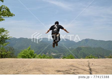 飛ぶ男 77415388