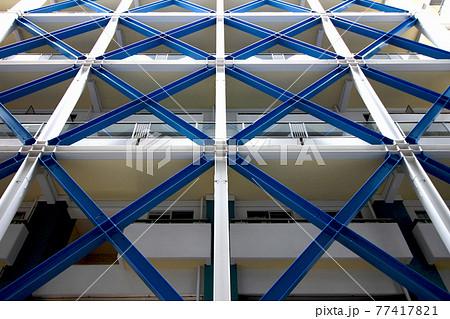 カラフルな鉄骨で耐震補強されたビルの外観ビル 77417821