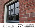窓に映る景色 77418833