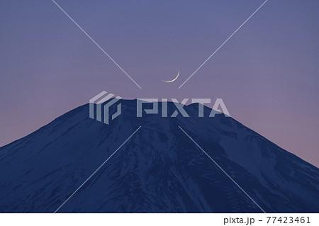 富士山の山頂に沈む三ヶ月【2月】 77423461