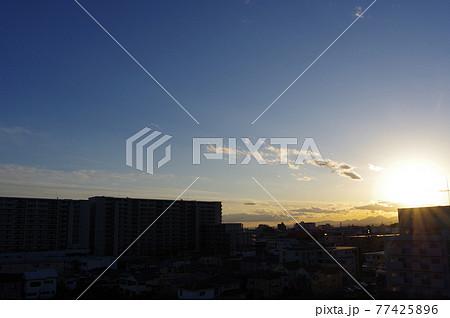 街並みの中の夕日と遠景の丹沢方面の山並み (撮影場所:神奈川県大和市) 77425896