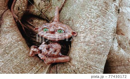 木に座る小さな鬼の子供 77430172