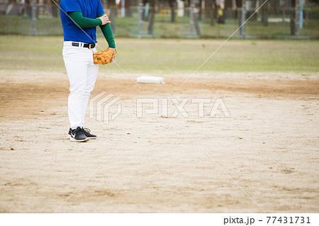 草野球をする男性 77431731