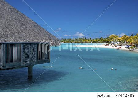 青い海と水上コテージ 77442788