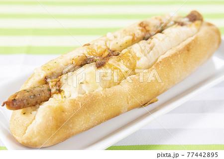 美味しいスパイシーソーセージパン 77442895