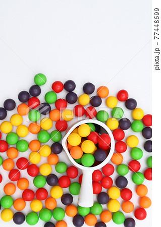 白い器に入れられたカラフルな球体 77448699