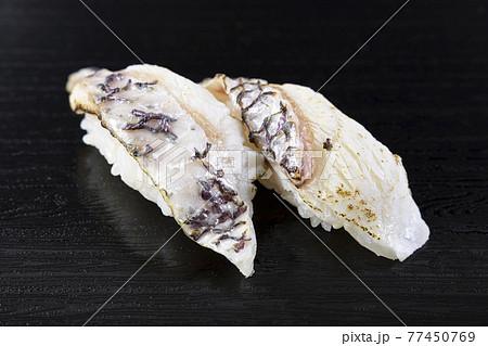 美味しい炙り真鯛の握り鮨 77450769