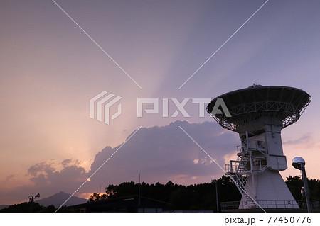 石岡測地観測アンテナと夕焼け空の筑波山 77450776