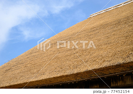青空と新しい茅葺屋根のイメージ 77452154