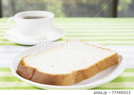 美味しい食パンのモーニングとホットコーヒー 77466013