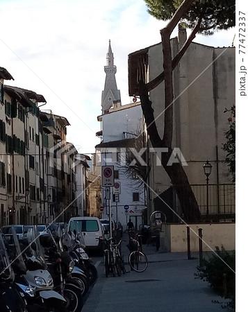 フィレンツェの街中から見えるサンタクローチェ教会の尖塔 77472337