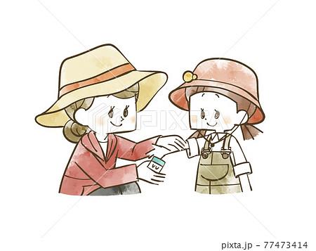 女の子の腕に日焼け止めを塗る女性 77473414
