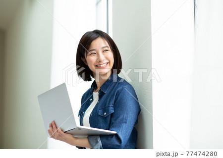 笑顔の若い女性 77474280