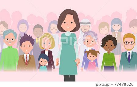大勢の前に立つチュニック中年女性のセット 77479626