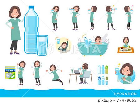 水を飲むチュニック中年女性のセット 77479665