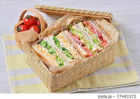 お外でランチお弁当のサンドイッチ「BLT(ベーコンレタストマト)・玉子マヨ海老ブロッコリーサンド」 77481572