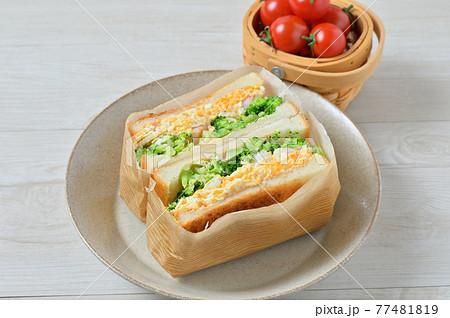 サンドイッチ、サンドウィッチ、たまごサンド、玉子サンド、ブロッコリー、エビ。 77481819