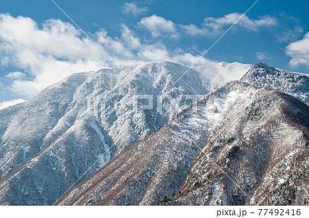 雪が舞う近畿の最高峰、八経ヶ岳 77492416
