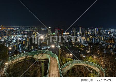 兵庫県神戸市 ビーナスブリッジと港町神戸の夜景 77495291