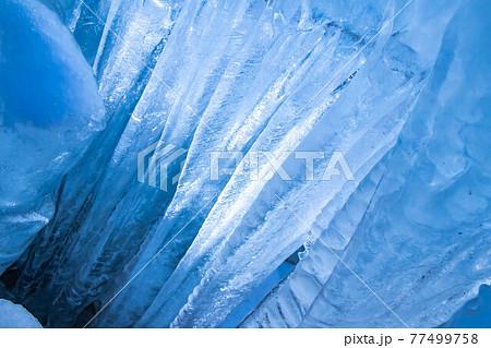 光が透過する大きな氷柱 77499758