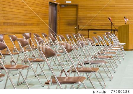 入学式 卒業式 体育館に並ぶパイプ椅子 77500188