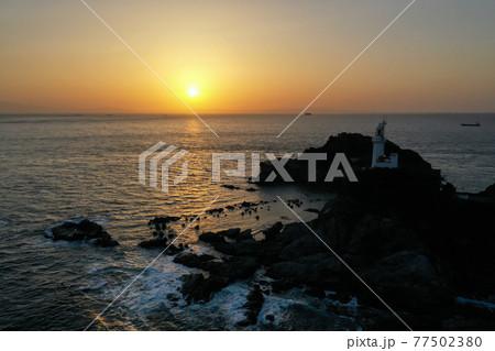 愛媛県伊方町 夕暮れの佐田岬灯台 77502380