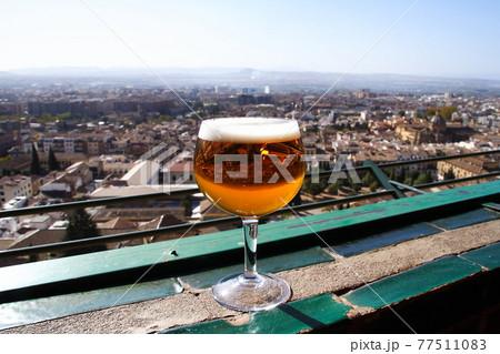 スペイングラナダ アルハンブラパレスホテルのカフェでビール 77511083